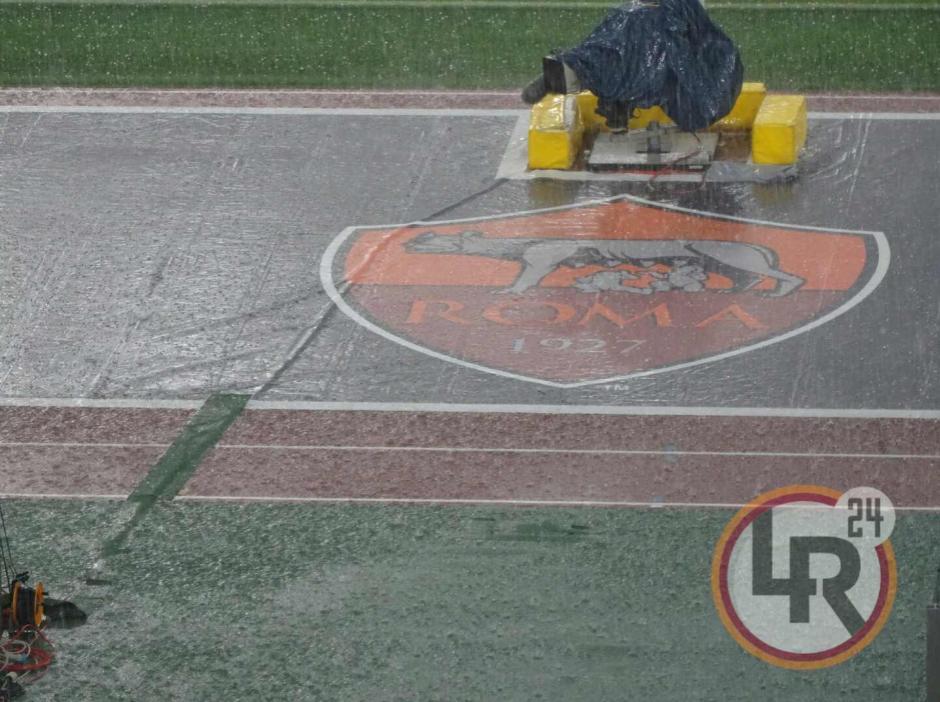 El estadio casi se convirtió en una piscina gigante. (Foto: Live Roma/Twitter)