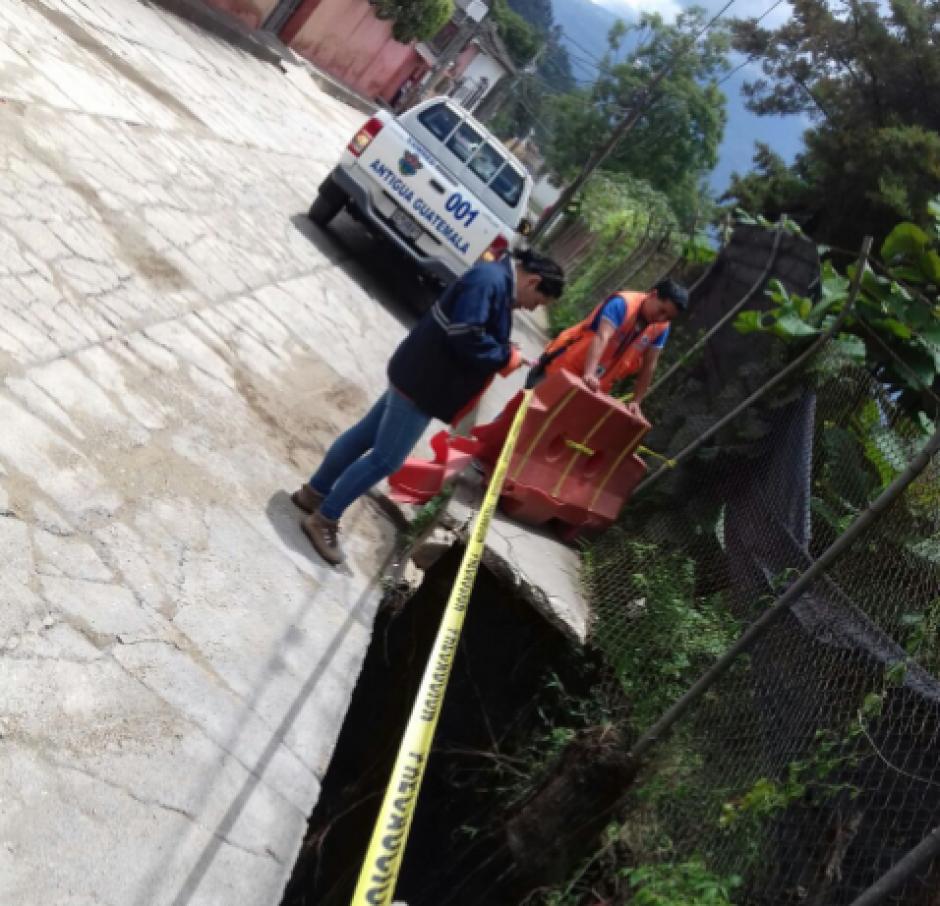 Parte de la calle de Dolores del Cerro en Antigua Guatemala se hundió debido a las lluvias. (Foto: Conred)