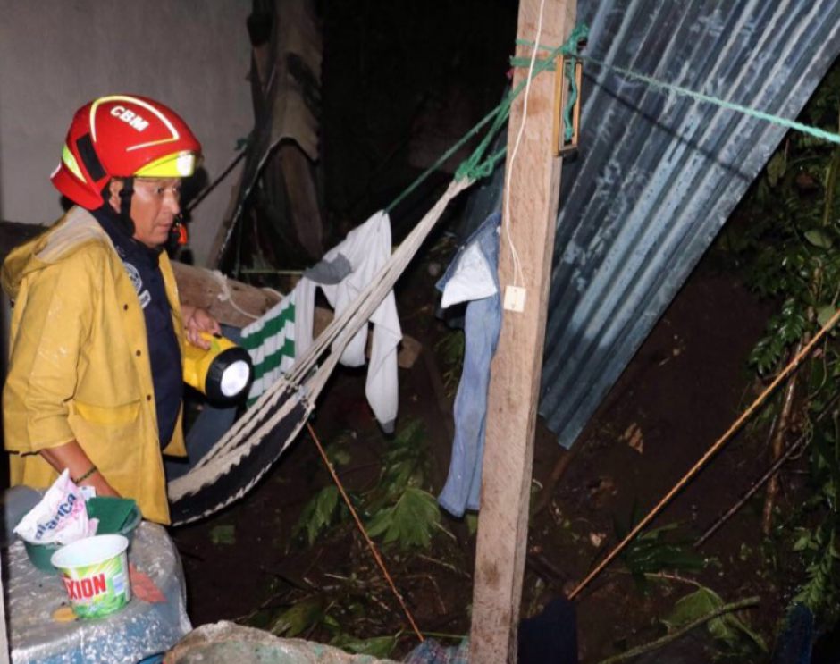 En la zona 13 capitalina, una vivienda fue evacuada por un derrumbe. (Foto: Bomberos Municipales)