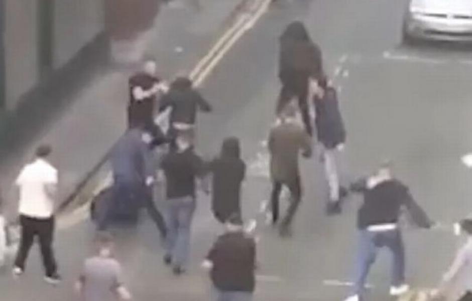 La riña sucedió cerca del estadio Old Trafford. (Captura de Pantalla)