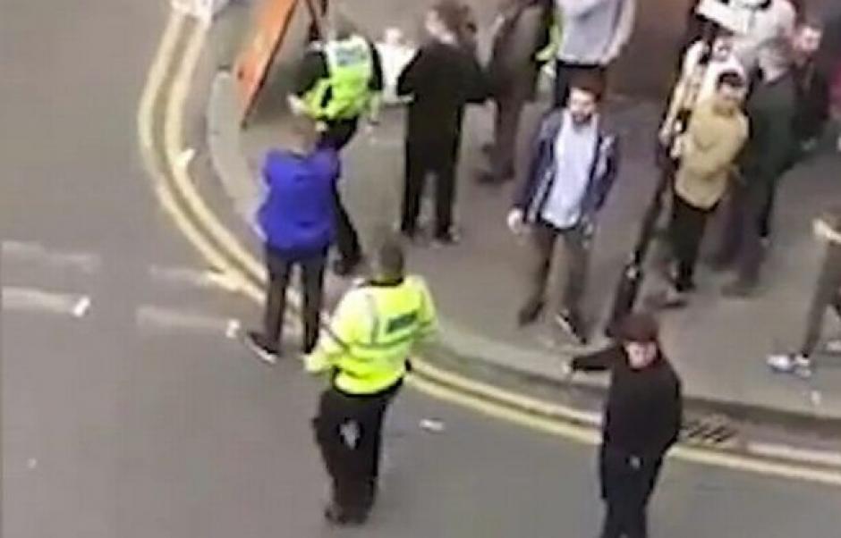 La policía llegó y los agresores huyeron de inmediato. (Captura de Pantalla)