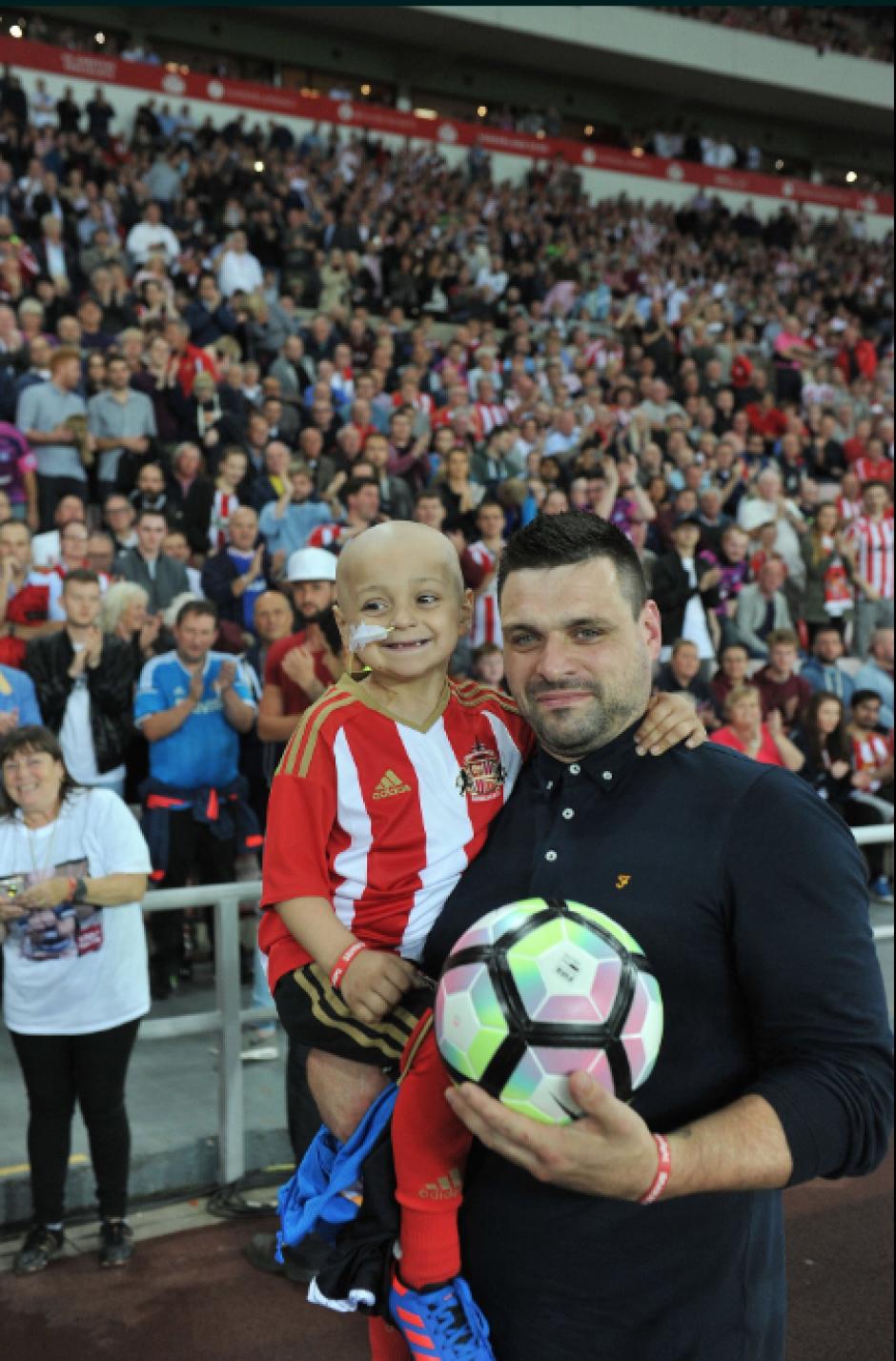 Bradley con su padre, durante el partido. (Foto: Twitter)