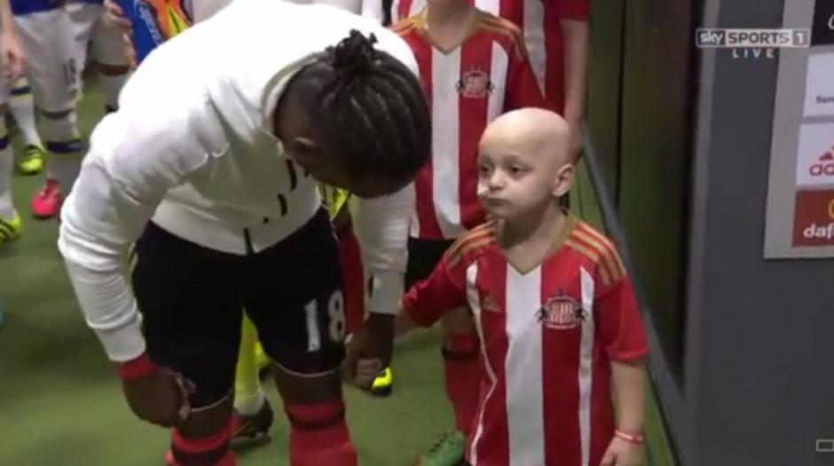 Jermain Defoe, capitán del Sunderland, le habla con cariño antes del partido. (Captura de Pantalla)