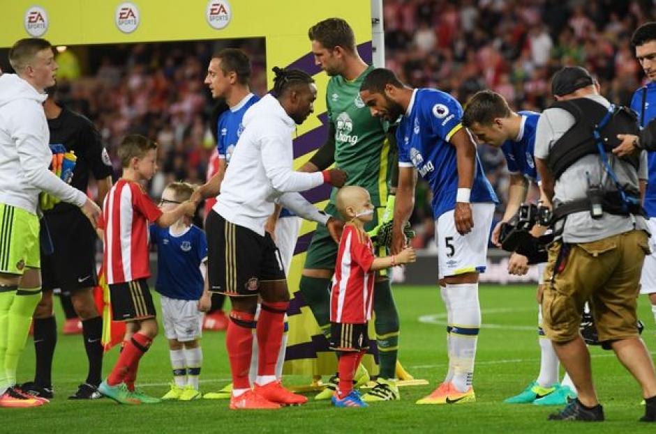 Bradley salió con los jugadores al campo. (Foto: Telegraph.uk)