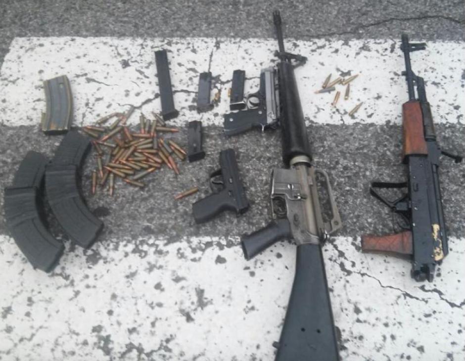A los atacantes se les decomisaron varias armas y chalecos antibalas. (Foto: PNC)