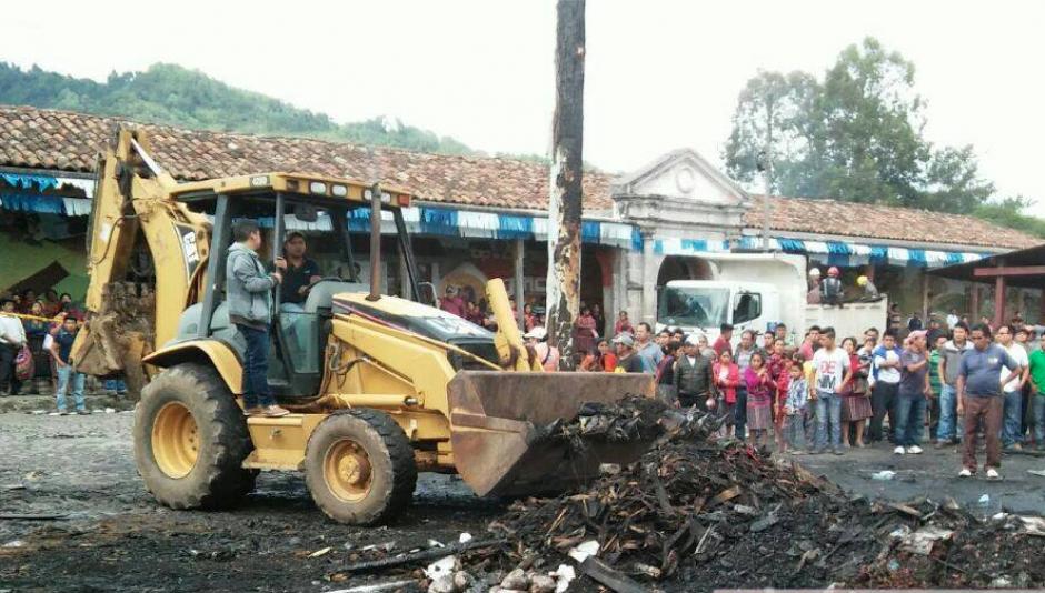 Unos 100 locales comerciales fueron consumidos por un incendio en Chichicastenango. (Foto: Knal 4 Quiché)