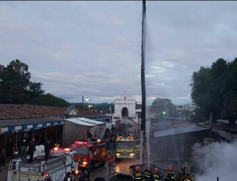 El Palo Volador estaba instalado en la Plaza Municipal, junto al mercado de Chichicastenango. (Foto: Knal 4 Quiché)