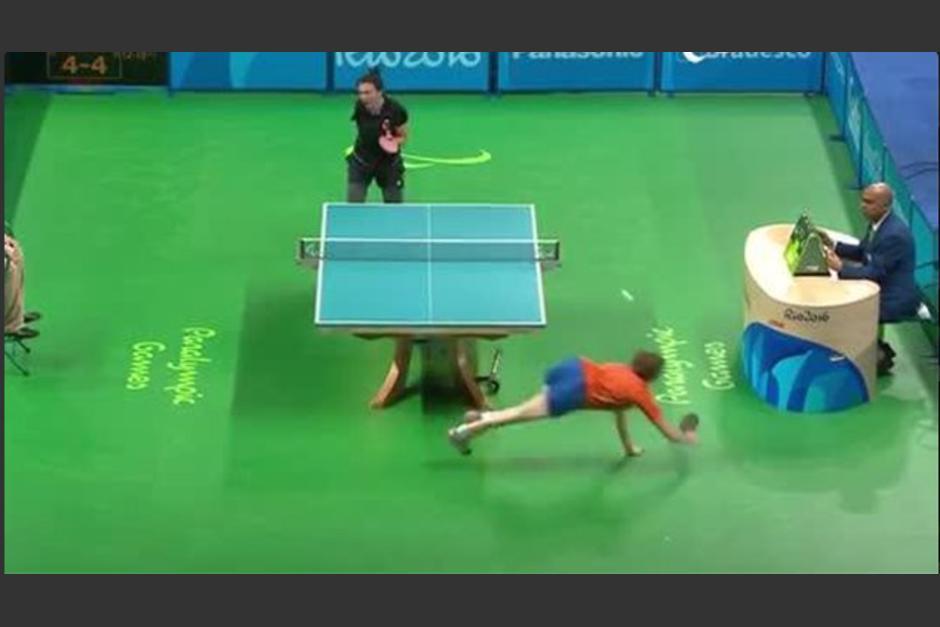 Kelly Van Zon se lanzó al suelo a pesar del problema en su cadera. (Captura de Pantalla/Paralympic Games)