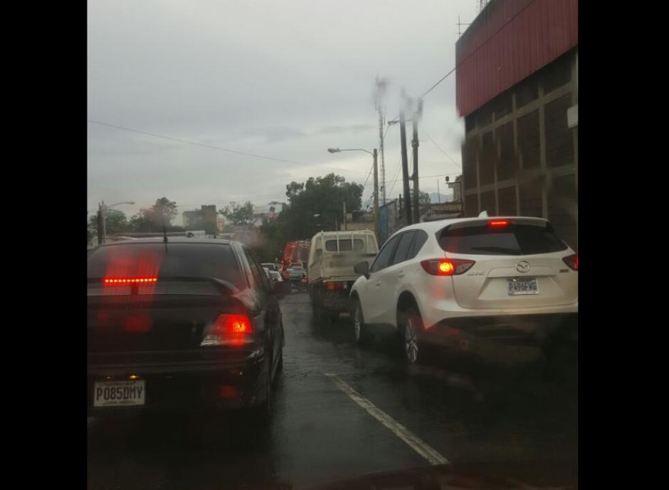 El tráfico en la zona 6 se vio complicado.  (Foto: Dalia Santos/Twitter)