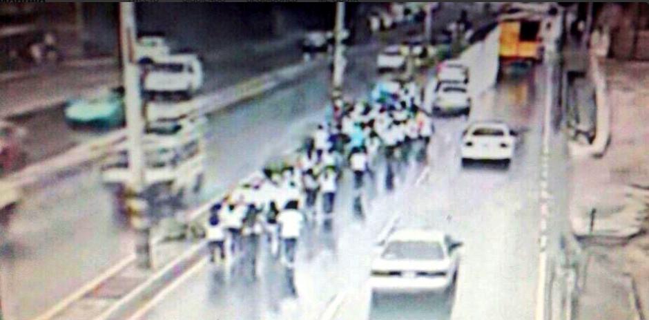 Al menos 10 antorchas se movilizan en la Calle Martí.  (Foto: Amilcar Montejo/Twitter)