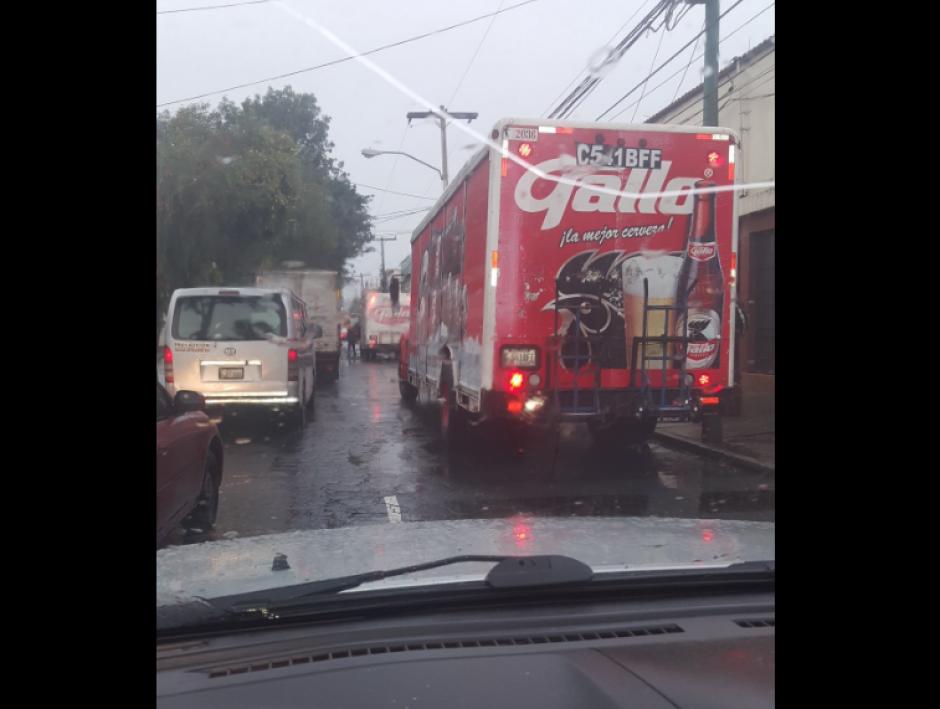 El ingreso a Calle Martí desde Periférico se complica por la lluvia.  (Foto: Dalia Santos/Twitter)