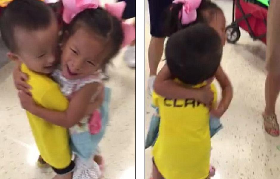 Los pequeños se reencontraron y demostraron su felicidad con un abrazo. (Foto: dailymail.co.uk)
