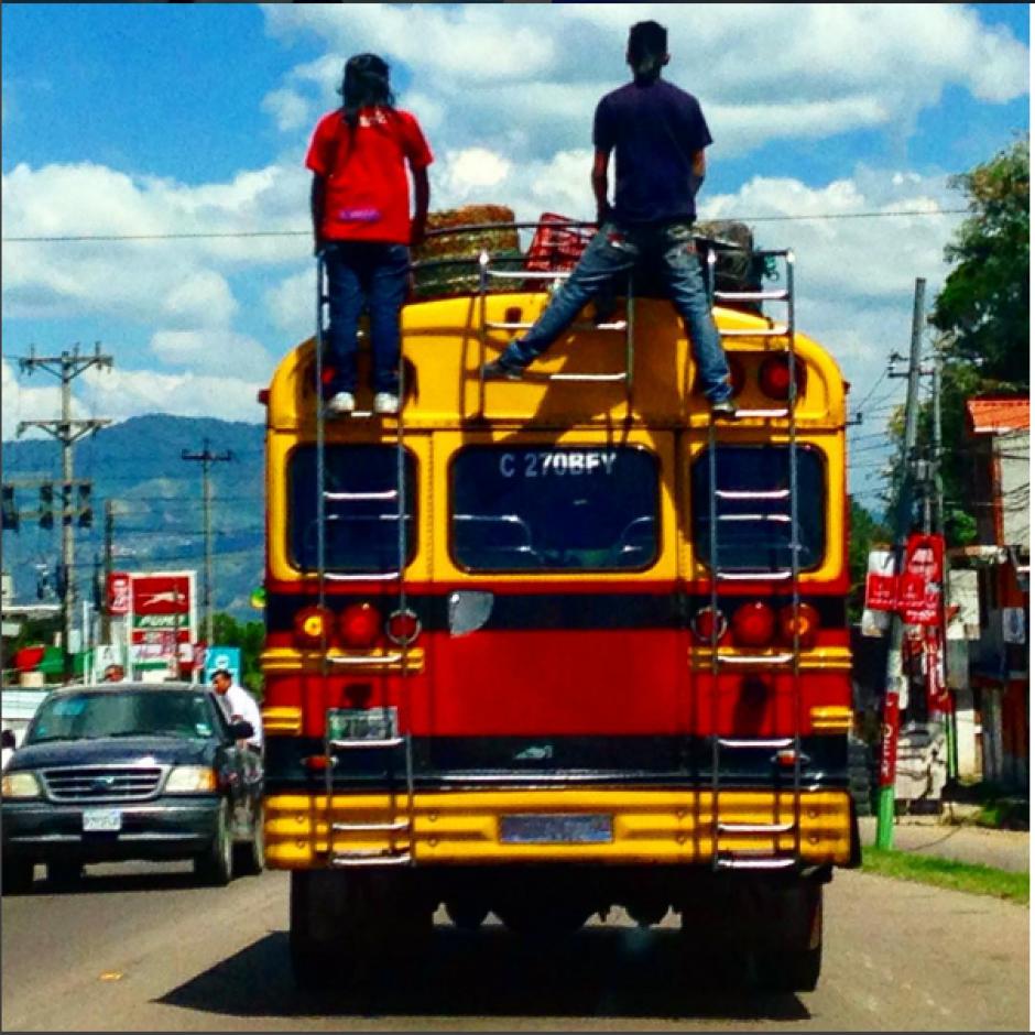 Los buses que sean vistos con personas en la parrilla, serán sancionados por infringir la ley de tránsito. (Foto: Archivo/Soy502)