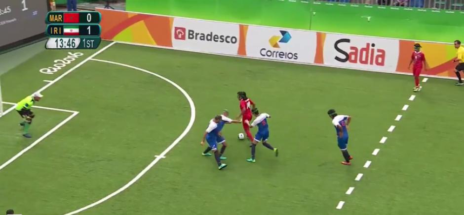 El fútbol paralímpico es para no videntes, y la pelota tiene cascabeles. (Captura de Pantalla)