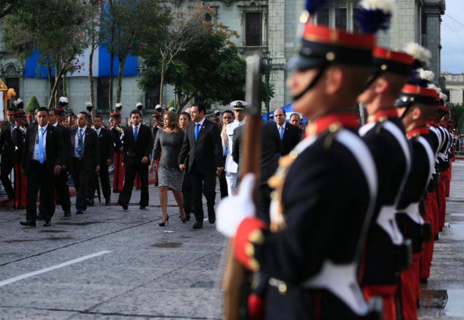 Antes de ingresar a la Catedral Metropolitana para el Te Deum. (Foto: Twitter/Gobierno de Guatemala)