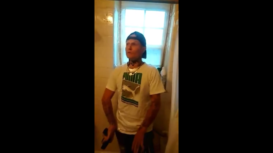 En el video explica que estaba tomando alcohol con sus amigos que todo fue parte de una broma. (Foto: Captura de Facebook)