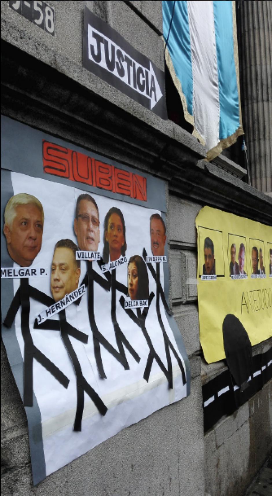 Frente al Congreso se pegó un bus y carteles con las caras de los diputados. (Foto: Twitter, Renuncia Ya)