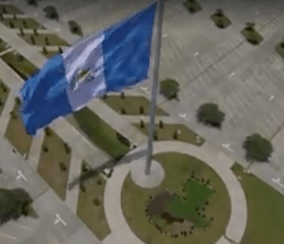 La nueva bandera luce más grande que la donada por Baldetti. (Foto: Archivo/Soy502)