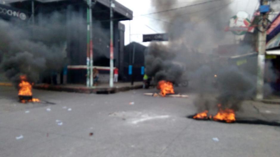 Los vendedores quemaron llantas en el ingreso principal. (Foto: Twitter/@NAmatitlán)