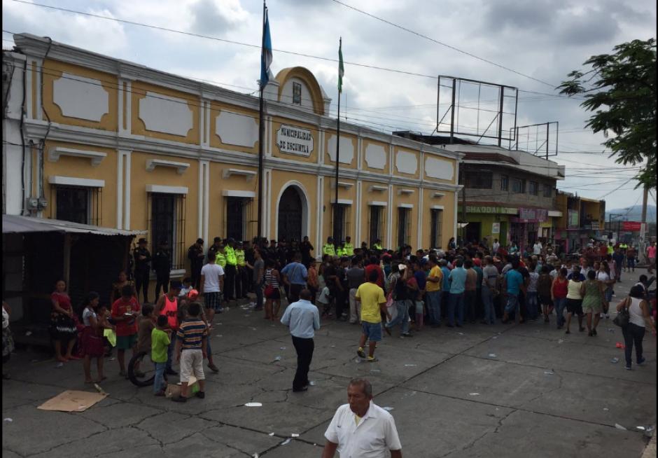 Quieren que les dejen colocar sus ventas en las afueras de la Municipalidad. (Foto: Twitter/@NAmatitlán)