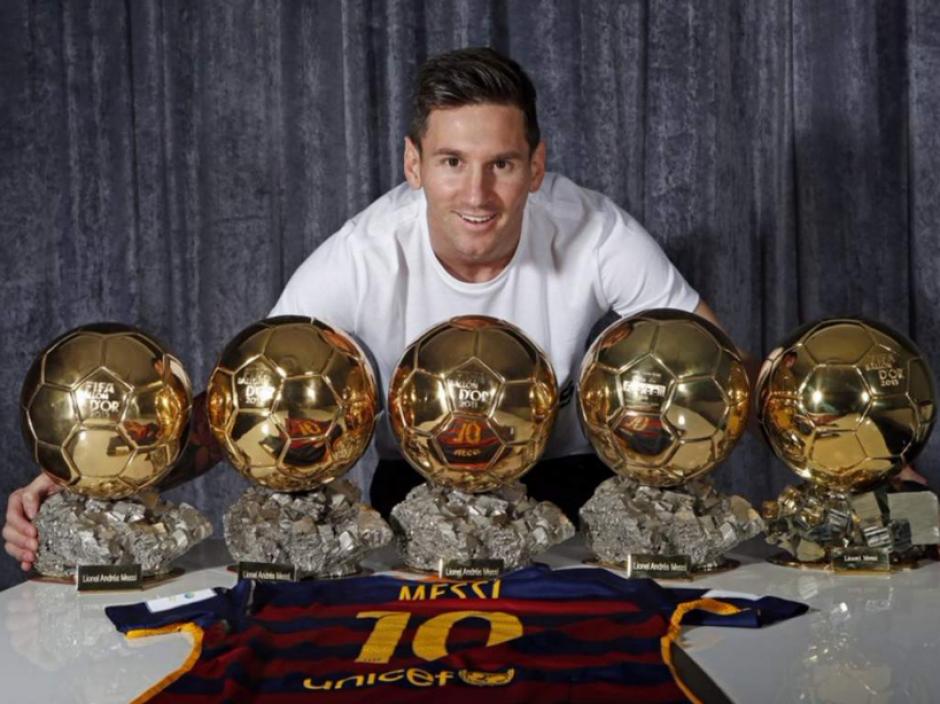 Leo Messi posa con sus cinco Balones de Oro. (Foto: FCBarcelona.com)