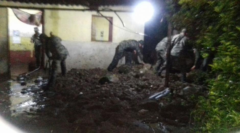 El Ejército colabora con las personas afectadas. (Foto: Conred)