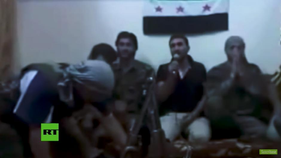 Los hombres parecen estar celebrando antes de hacer un video de propaganda. (Captura Youtube)