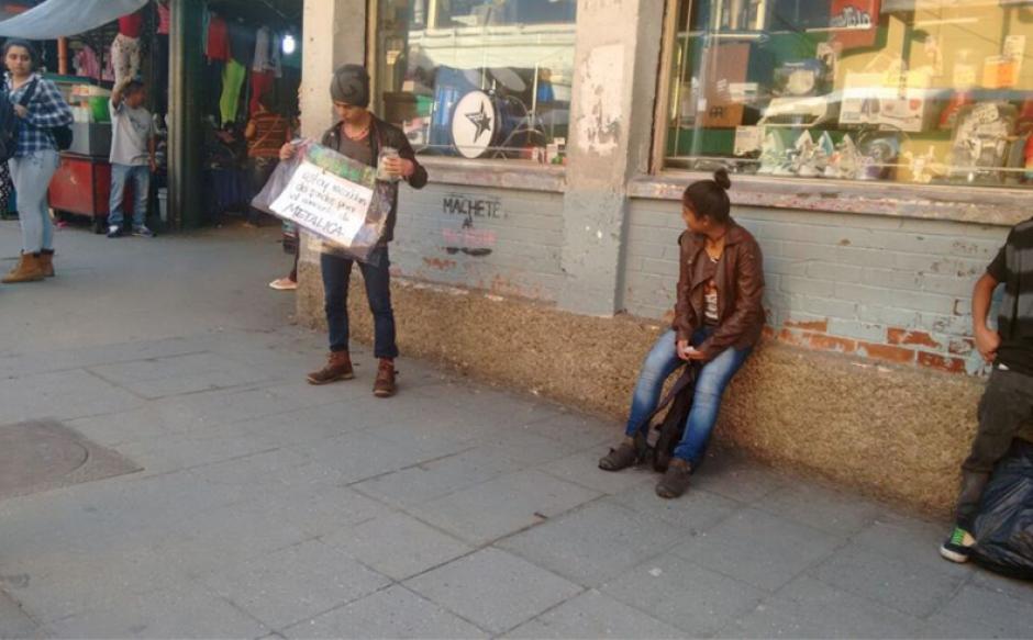 El joven llama la atención por el cartel y su objetivo. (Foto: Radio Punto/IsiEspantzay)
