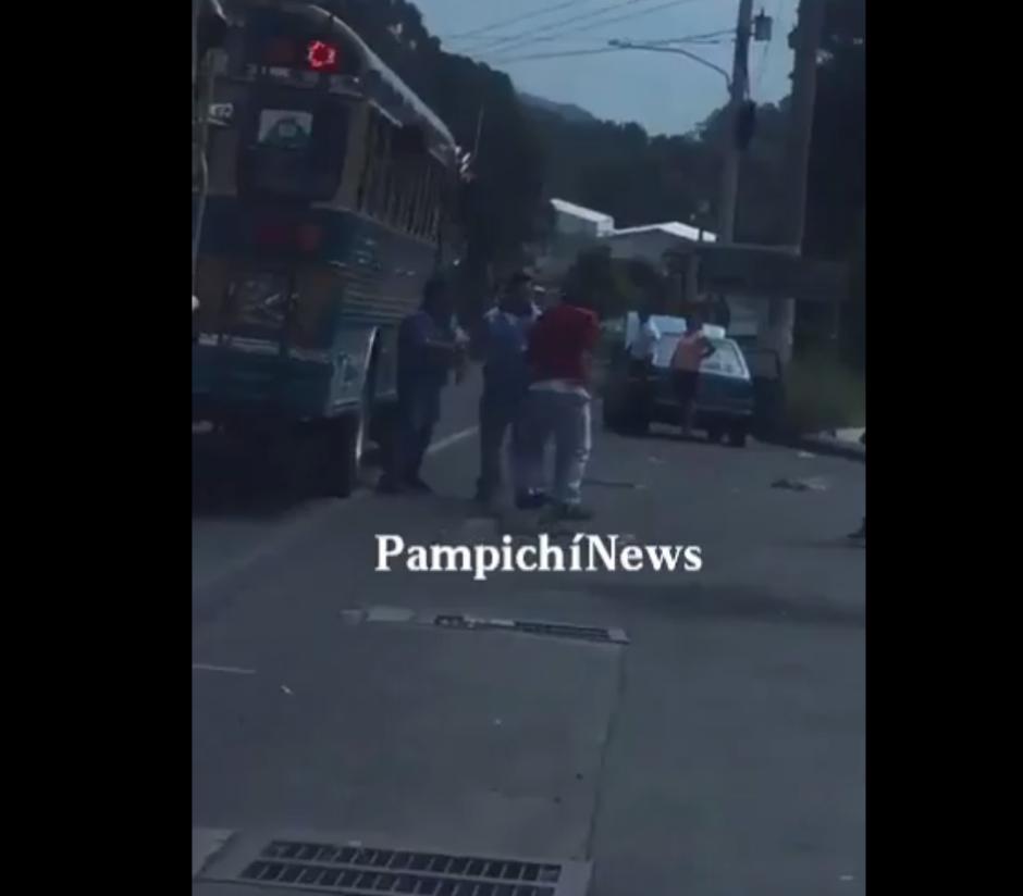 La pelea de los pilotos de buses quedó grabada en video. (Foto: Captura de Facebook/PampichíNews)