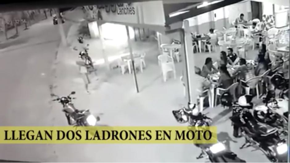 Los asaltantes toman por sorpresa el restaurante de la ciudad de Río Branco. (Captura Youtube)
