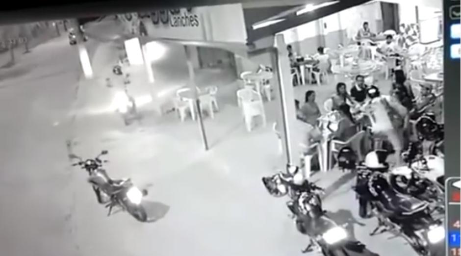 Uno de los asaltantes empieza a quitarles sus pertenencias a las personas. (Captura Youtube)