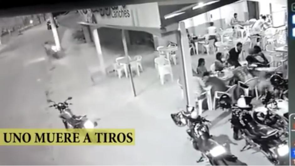 De pronto, un policía que estaba en el local disparó en contra del asaltante. (Captura Youtube)