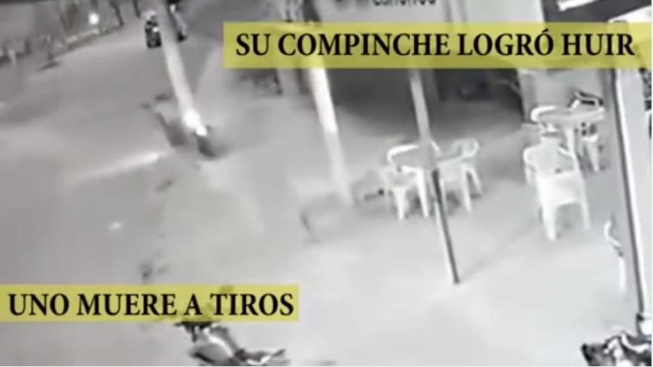 El otro ladrón escapó y dejó tirada la motocicleta en la que llegaron al restaurante. (Captura Youtube)
