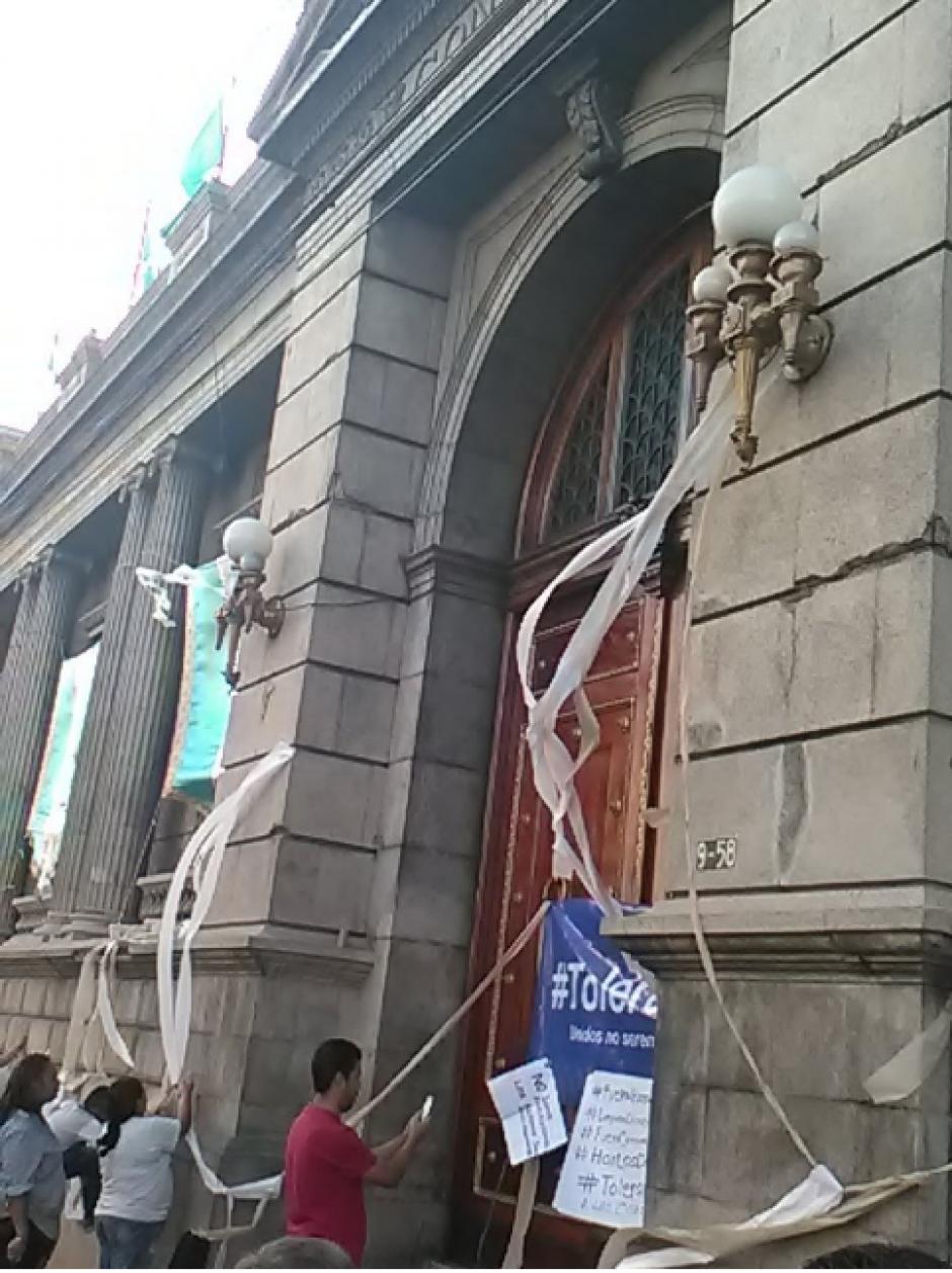 """Frente al Congreso lanzaron unos rollos de papel higiénico con el fin de demostrar que deben """"limpiarlo"""". (Fotos: Twitter, Tolerancia0)"""