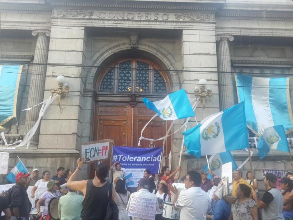 Los manifestantes después de haber estado separados en el Palacio y Congreso se concentraron en un mismo lugar. (Foto: Twitter, justiciayagt)