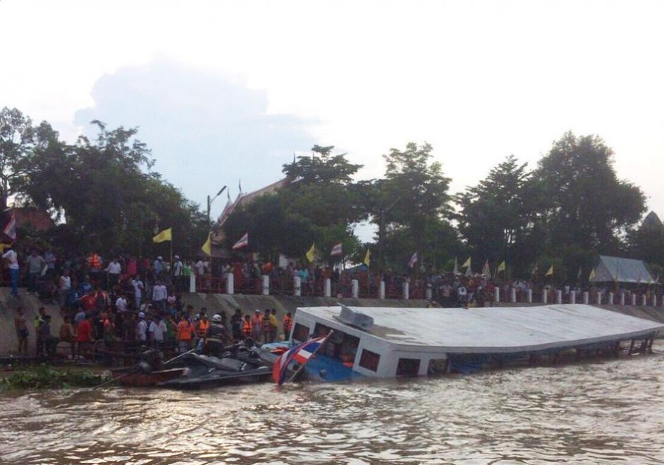 En el ferri se transportaban unas 150 personas que venían de una actividad religiosa. (Foto: Twitter, BangkokPostNews)