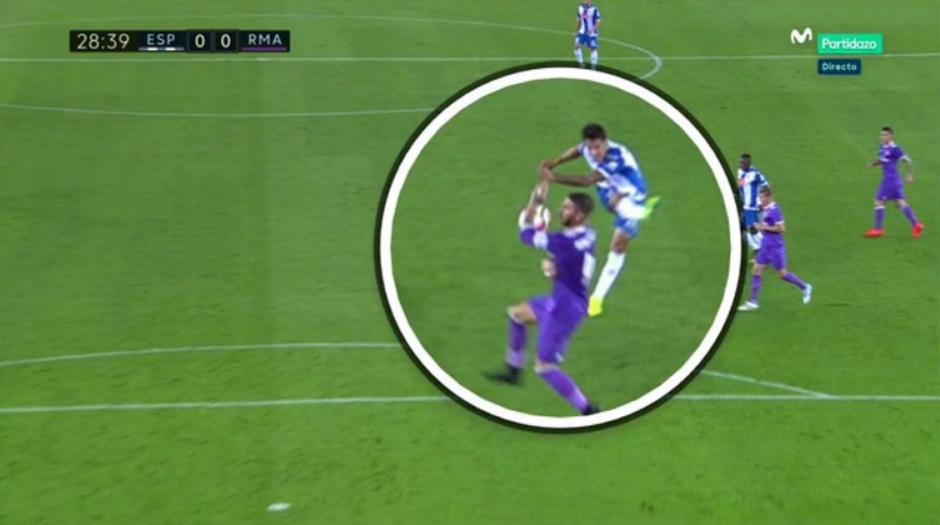 Ramos se lanzó al suelo con las manos en el rostro y se salvó. (Foto: Twitter)