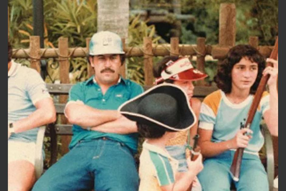 Se han filtrado las fotografías del capo de la droga Pablo Escobar en una visita a Disneyland. (Foto: Sopitas.com)