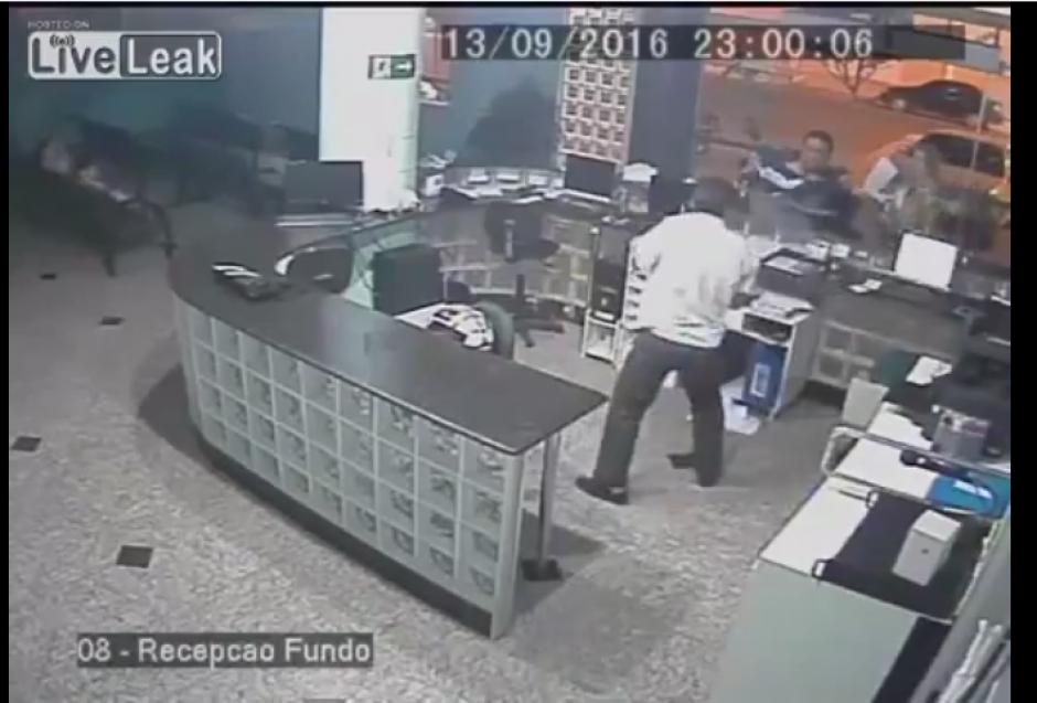 El recepcionista del hospital toma con mucha agilidad al pequeño en el aire. (Captura Youtube)