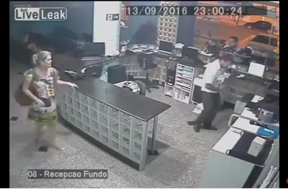 El video le ha dado la vuelta al mundo por la agilidad del trabajador del hospital. (Captura Youtube)