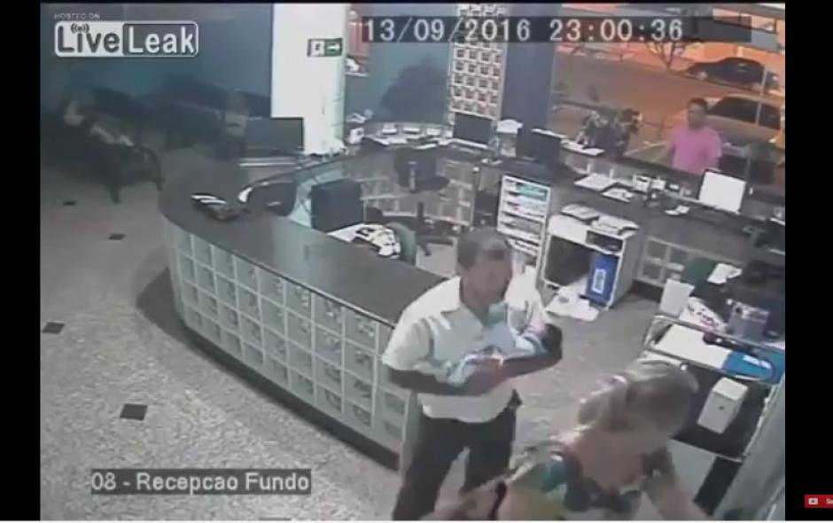 El hombre que salvó al bebé ha recibido muchos halagos en las redes sociales. (Captura Youtube)