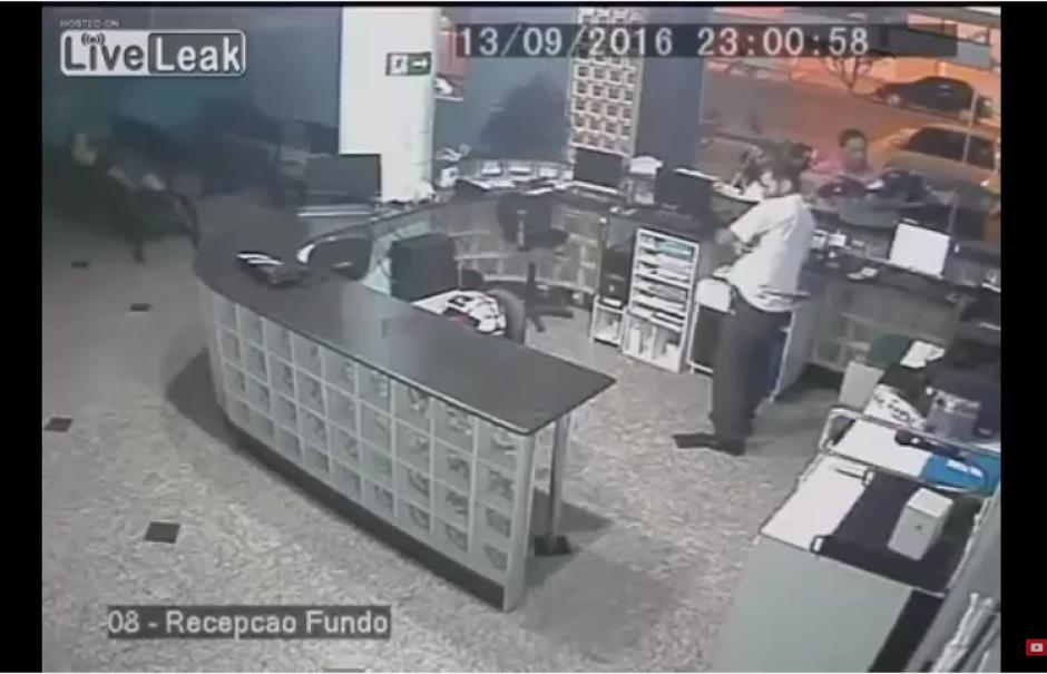 El padre del recién nacido se quedó inmovilizado y sin poder reaccionar ante el incidente. (Captura Youtube)