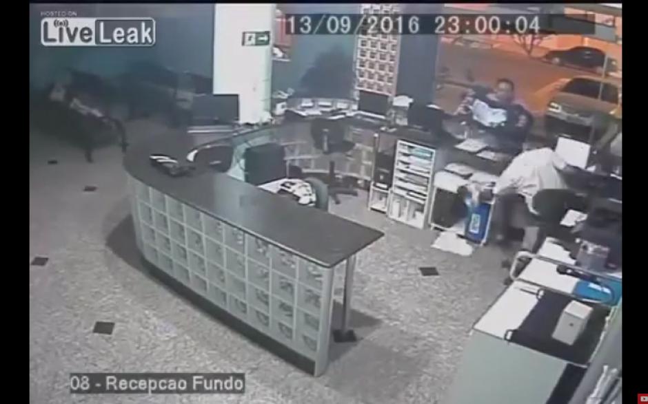 Un padre coloca el portabebé en un mostrador, pero éste se resbala y el pequeño sale disparado. (Captura Youtube)