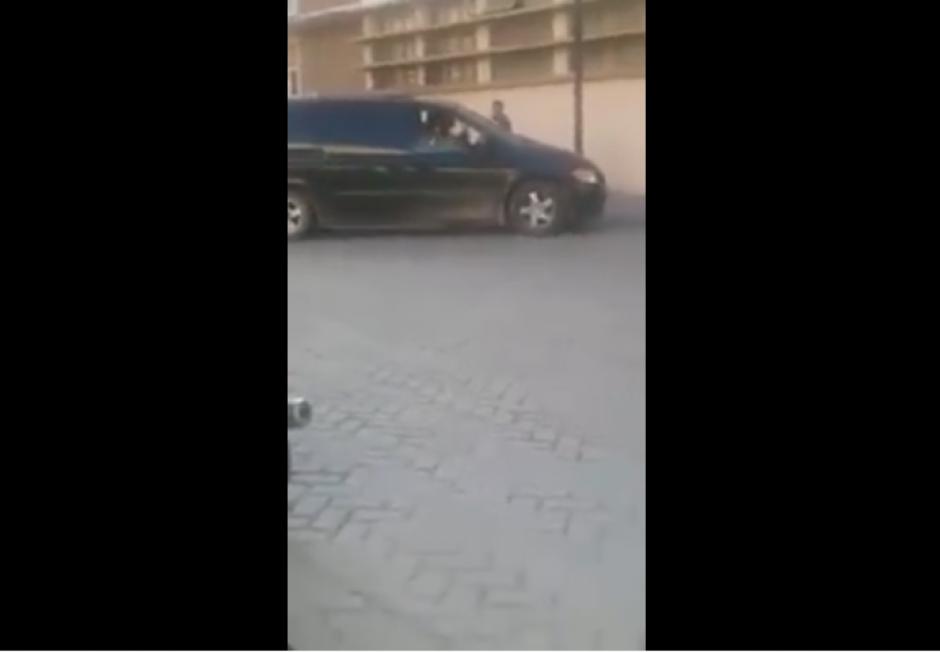 La mujer va en su camioneta cuando encuentra a su expareja con otra mujer. (Captura Youtube)