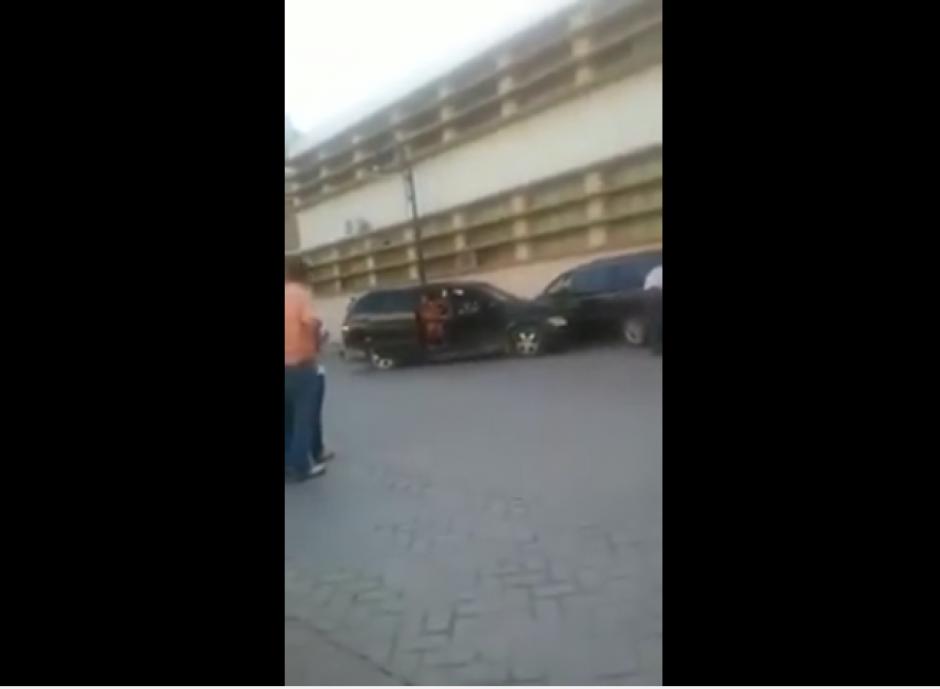 Los niños salen asustados del carro, mientras la mujer sigue gritando. (Captura Youtube)