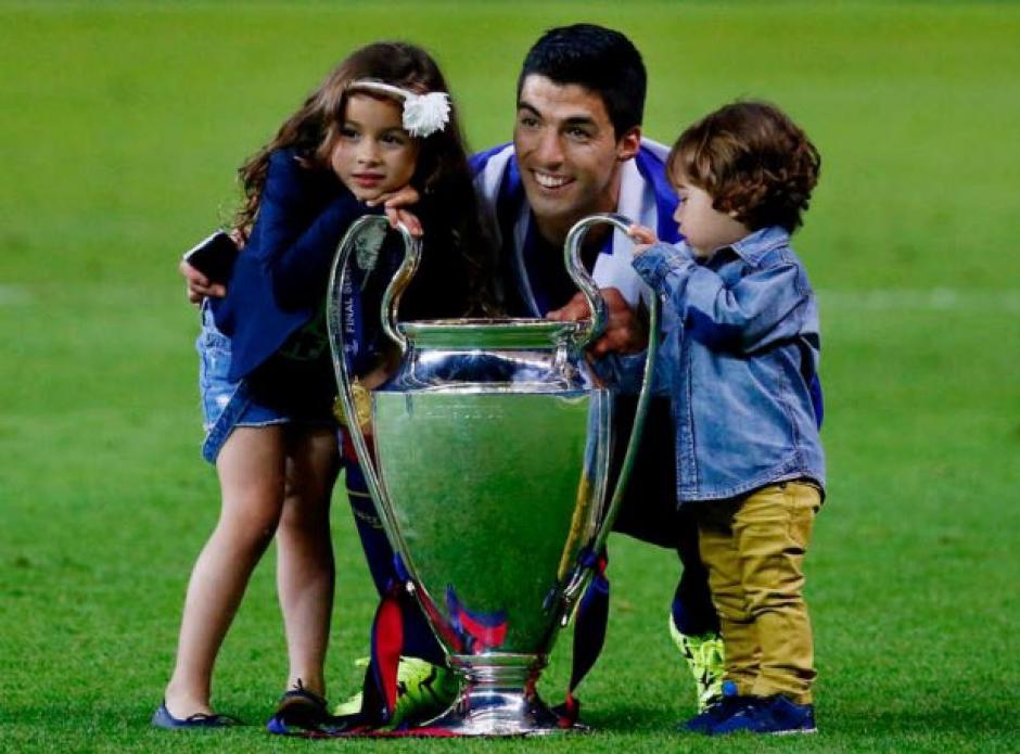 Luis Suárez con sus hijos, Delfina y Benjamín (Foto: Twitter)