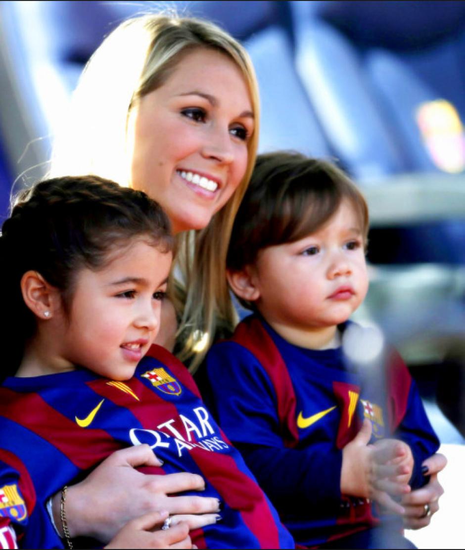 Sofía Balbi, esposa de Luis, con los dos pequeños (Foto: Twitter)