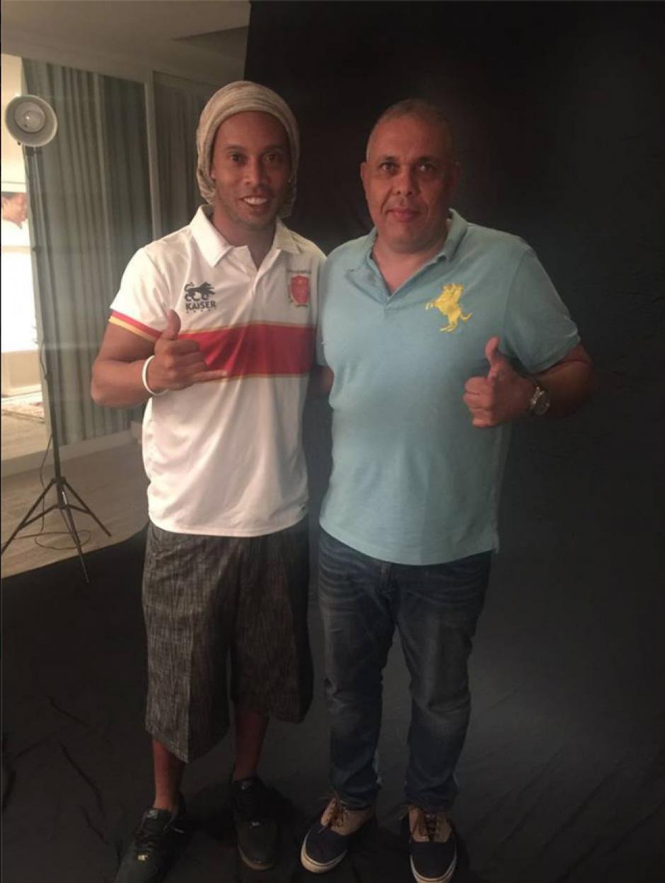 Ronaldinho posa con la camisa del club mexicano (Foto: Club Cinco Estrellas)