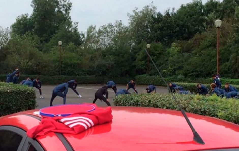 Los jugadores del United entrenaron fuera del hotel. (Foto: Twitter)