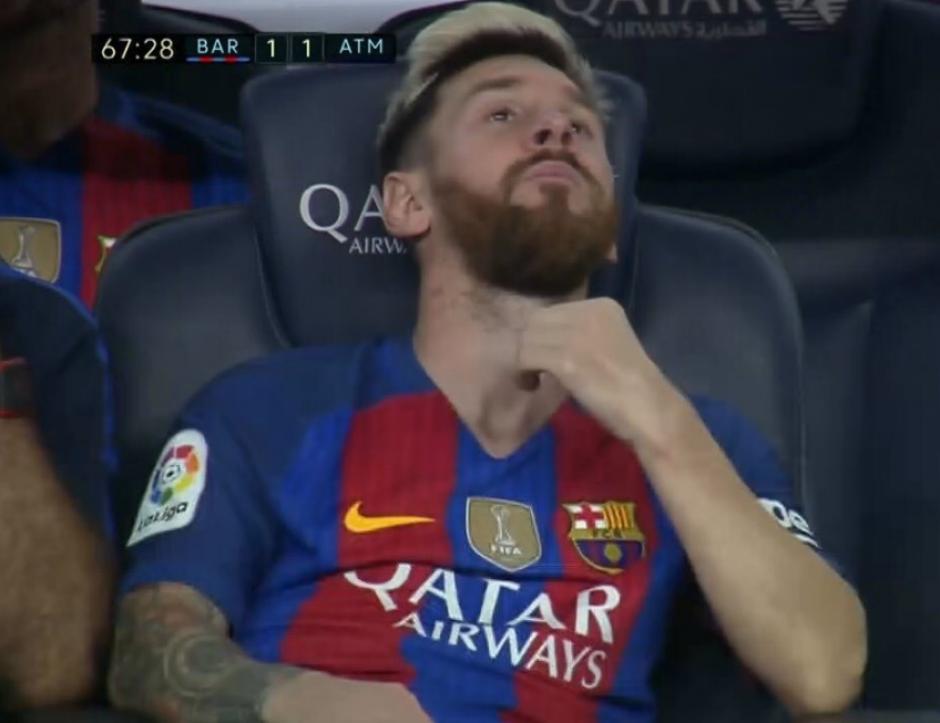 Así se quedó Messi en el banquillo. (Foto: AFP)